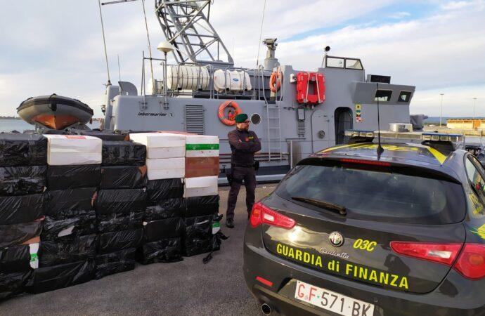 Maxi-sequestro di sigarette di contrabbando al largo di Mazara