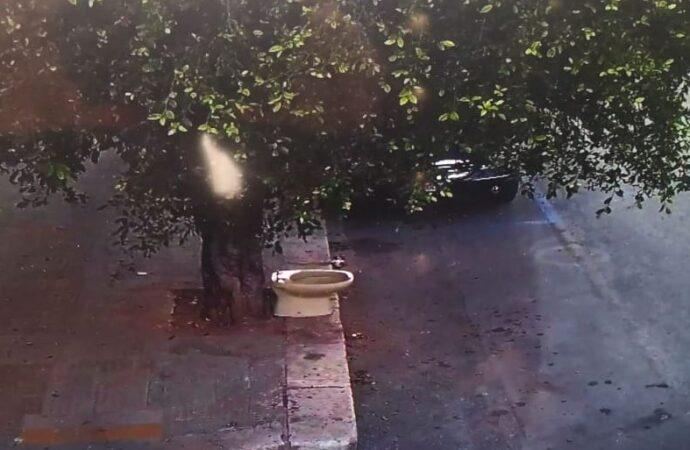 Abbandona un sanitario da bagno per strada, individuato e multato dai vigili urbani di Marsala