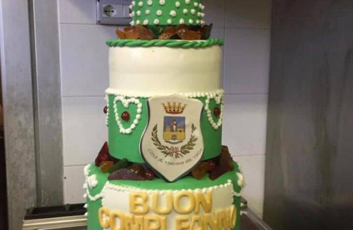 Il crest della Città di Mazara del Vallo nella torta di omaggio al Papa per il suo 83° compleanno