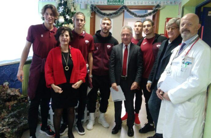 I giocatori del Trapani calcio in visita al reparto di pediatria dell'ospedale S.Antonio Abate