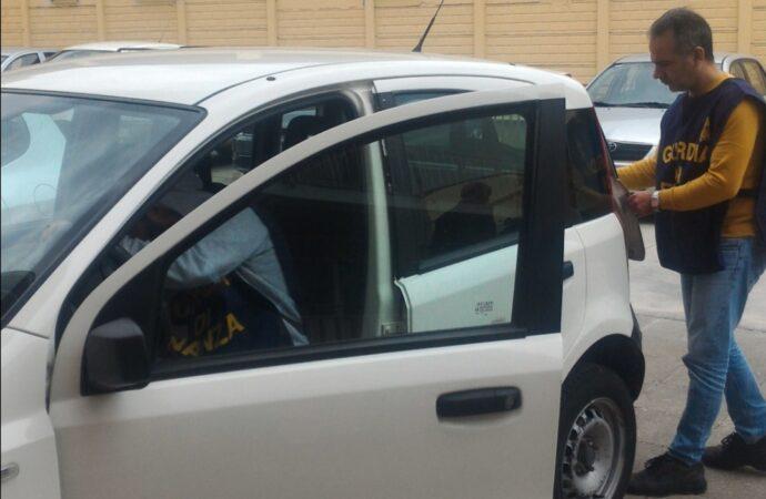 Usa l'auto di servizio per andare a casa, denunciato un dipendente della Regione