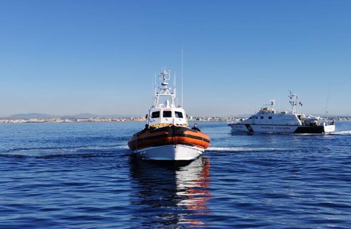 Esercitazione della guardia costiera nelle acque antistanti il porto di Mazara
