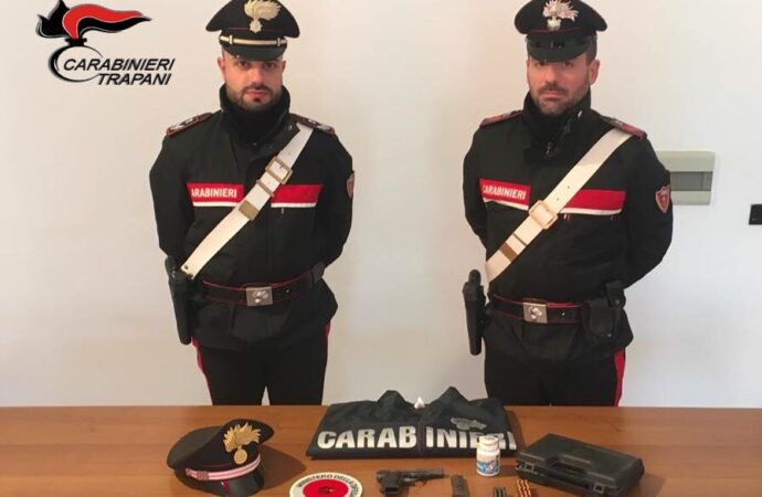 Trovato in casa con una pistola senza matricola, arrestato dai carabinieri