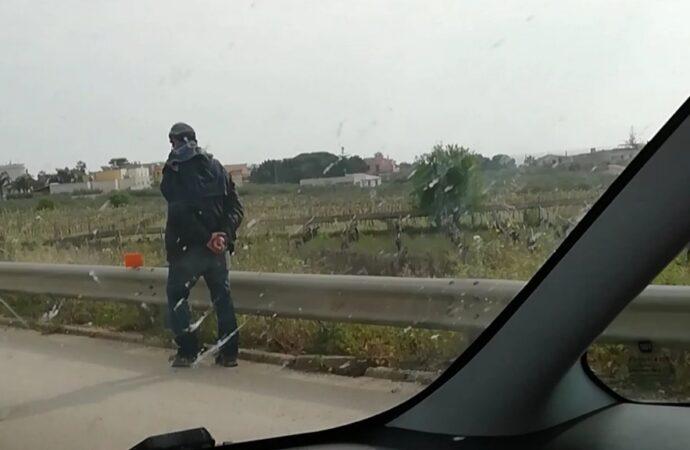 Mazara, uomo passeggia tranquillamente in autostrada. La polizia lo denuncia due volte!