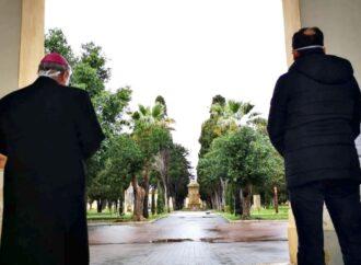 Mazara, il vescovo e il sindaco in preghiera assieme al cimitero