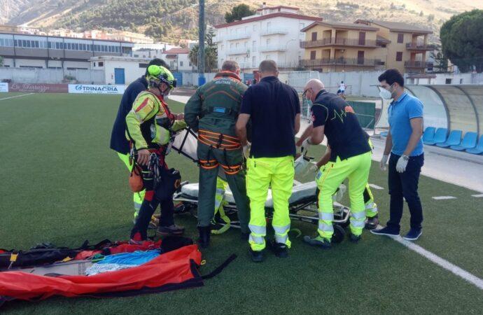 Una donna soccorsa da un elicottero dell'aeronautica alla riserva dello Zingaro