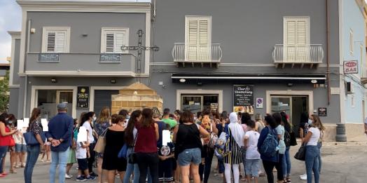 VIDEO – Assembramenti e mancanza di banchi, protestano le mamme degli studenti della scuola Grassa