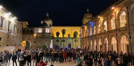 VIDEO – Mazara scende in piazza, protesta pacifica con un centinaio di partecipanti