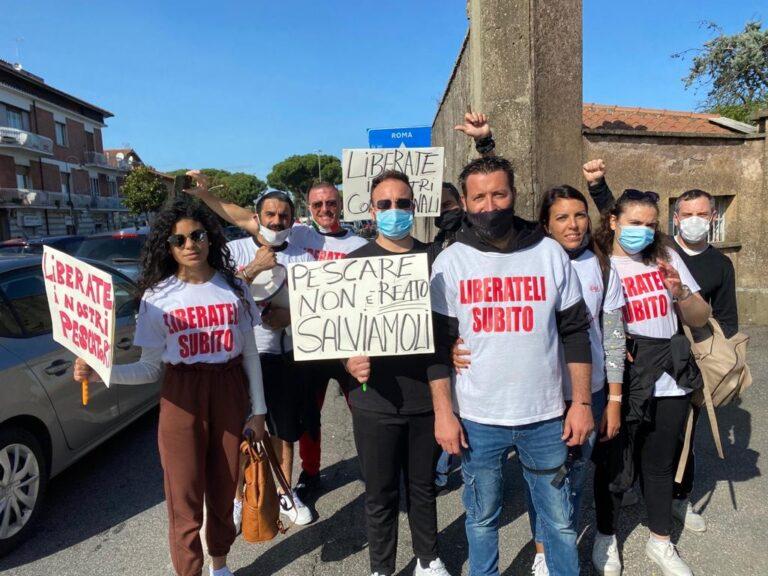 """Video – Pescherecci sequestrati, a Roma oggi la """"marcia"""" per la liberazione dei 18 marittimi"""