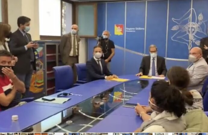 VIDEO – Pescherecci sequestrati, delegazione di familiari incontra il presidente Musumeci