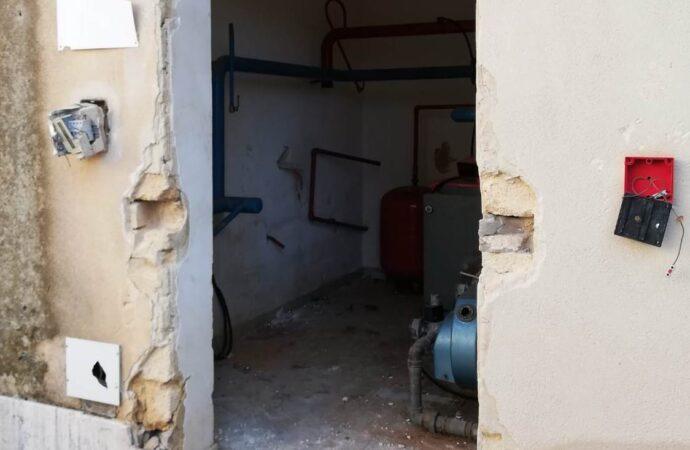 Vandali danneggiano l'ex scuola elementare di Mazara due