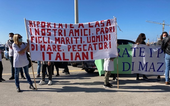 VIDEO – In piazza anche oggi i familiari dei marittimi di Mazara sequestrati in Libia