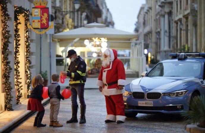 Alcamo, la polizia stradale dona alcuni regali ai bambini