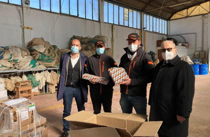 VIDEO  – Solidarietà,  donate attrezzature da lavoro ai pescherecci Antartide e Medinea di Mazara