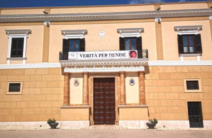 """""""Verità per Denise"""",  striscione esposto al balcone del palazzo vescovile di Mazara"""