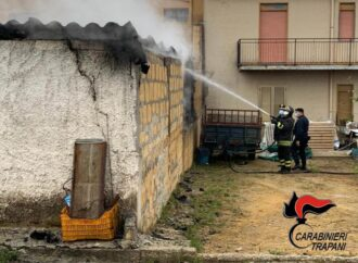 Incendio in un deposito a Partanna, per fortuna senza feriti