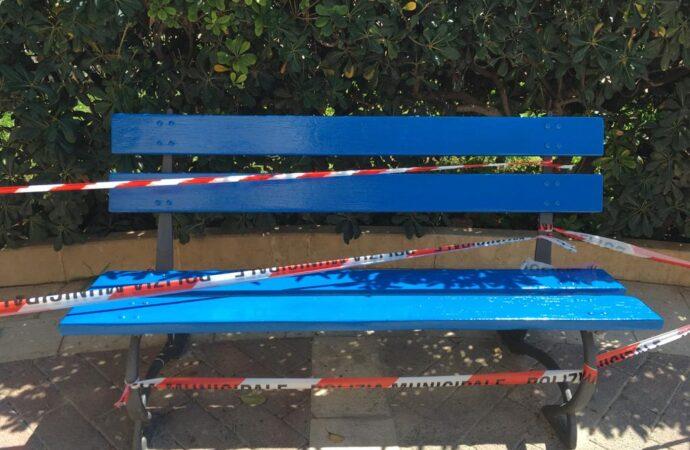 Giornata della consapevolezza sull'Autismo, panchina colorata di blu a Mazara