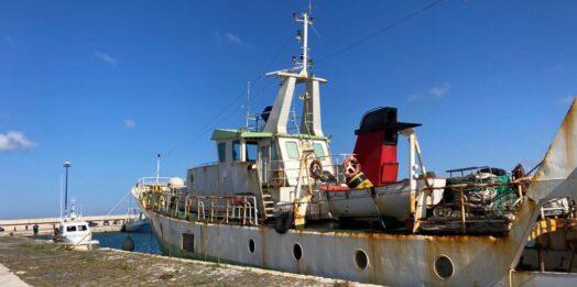 """VIDEO – Mazara, giunto al porto il peschereccio """"Aliseo"""" mitragliato da una motovedetta libica"""