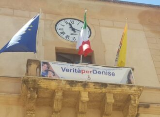 """""""Verità e giustizia per Denise"""", striscione al palazzo municipale di Castellammare del Golfo"""