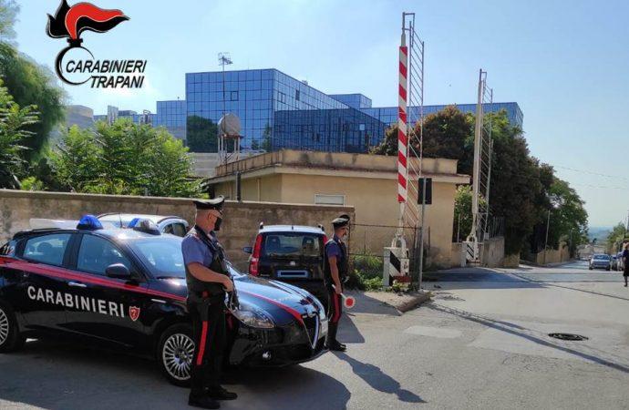 Travolge e danneggia le sbarre del passaggio al livello a Castelvetrano, denunciato un uomo