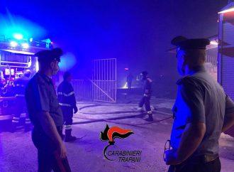 Incendio nella baraccopoli per migranti tra Campobello e Castelvetrano, un uomo morto carbonizzato