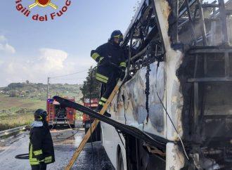 Buseto, autobus pieno di studenti va a fuoco. Per fortuna nessun ferito